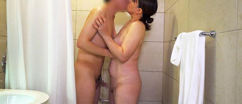 欲求不満の人妻熟女とお風呂でキス