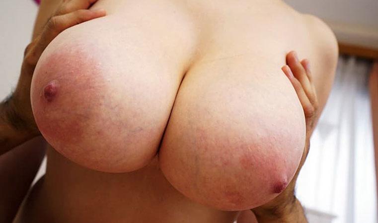 巨乳人妻の乳輪