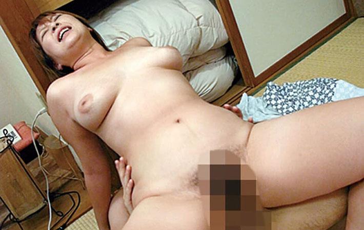 和室でセックスする熟女