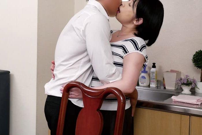 浮気相手とキスする熟女