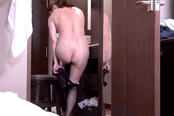 下着を脱ぐ熟女