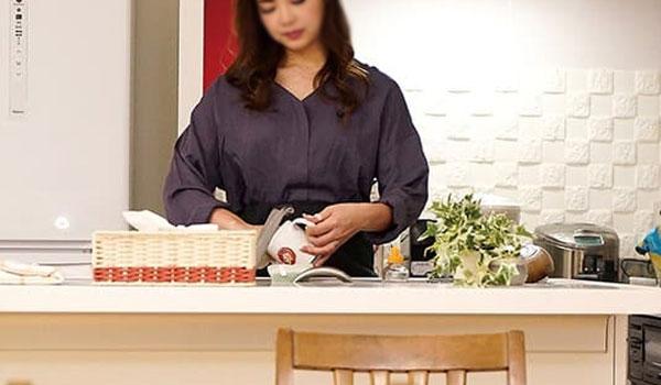 台所仕事をする人妻