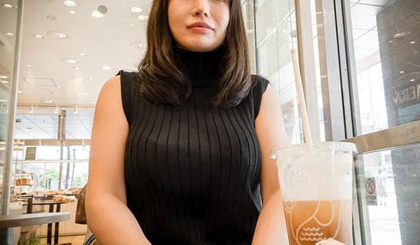 カフェでお茶する人妻